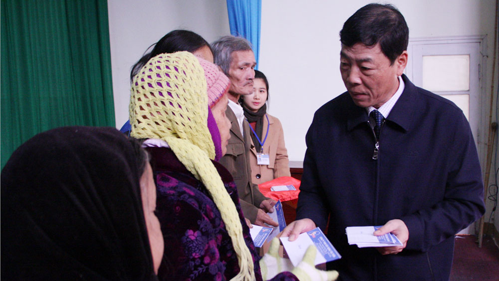 Bí thư Tỉnh ủy Bùi Văn Hải tặng quà người nghèo huyện Sơn Động