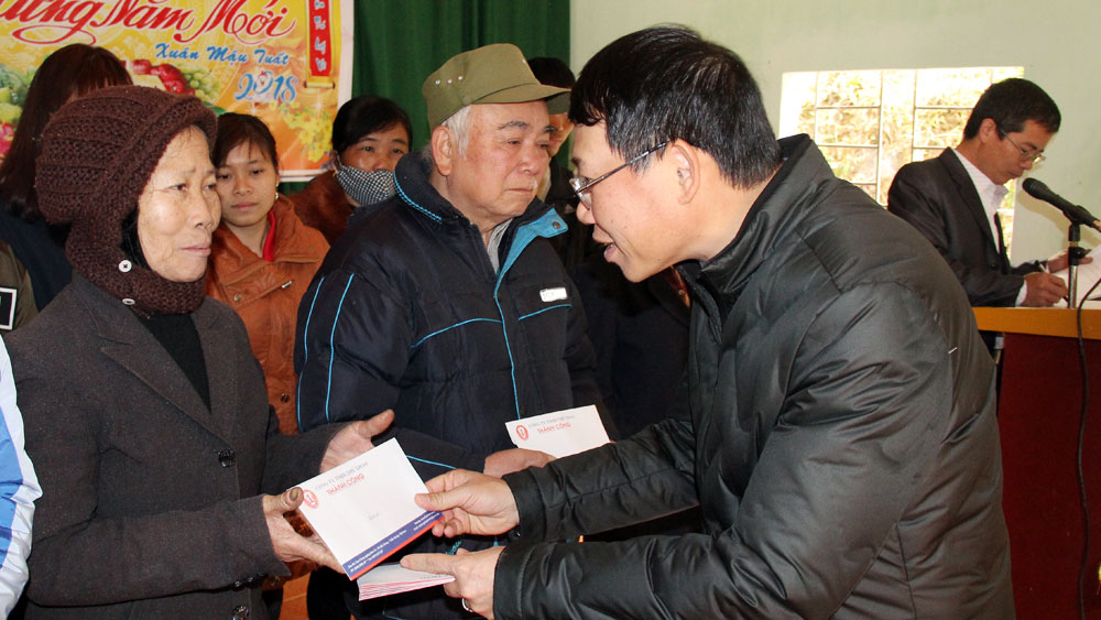 Phó Chủ tịch UBND tỉnh Lê Ánh Dương tặng quà hộ nghèo huyện Yên Thế
