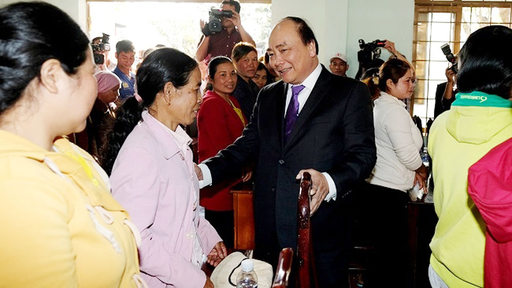 PM gives Tet gifts to needy workers, ethnic people in Dak Lak