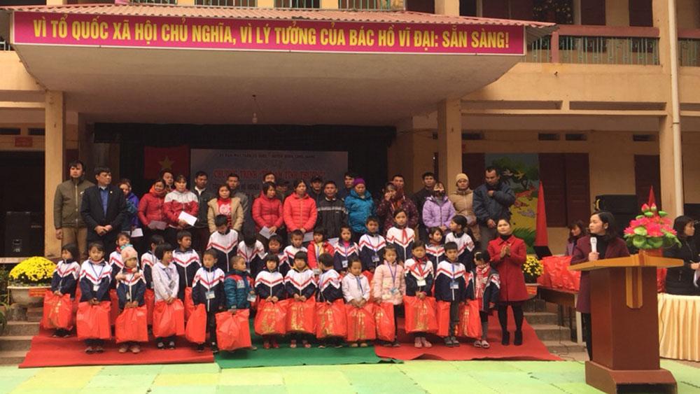 Nhiều nhà hảo tâm tặng quà Tết tại xã Hương Sơn