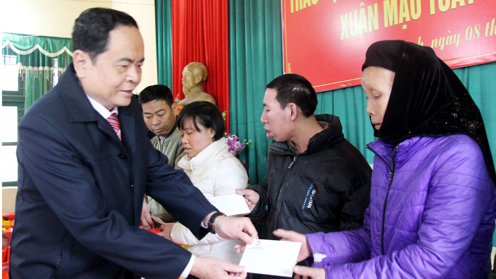 Leaders of Fatherland Front's Central Committee and Bac Giang province present Tet gifts to needy people