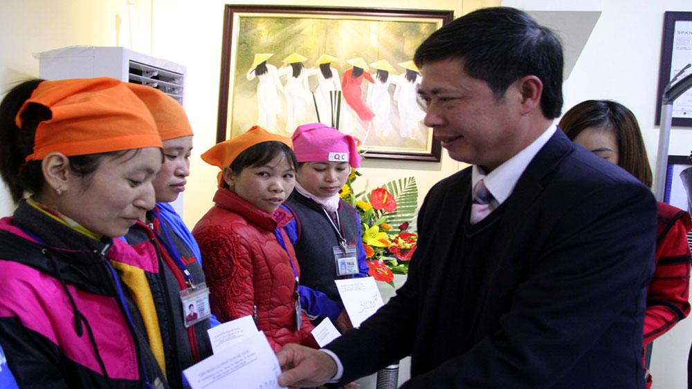 Liên đoàn Lao động tỉnh Bắc Giang tặng quà doanh nghiệp và công nhân khó khăn