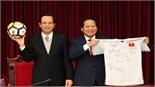 Bóng và áo của các cầu thủ U23 Việt Nam tặng Thủ tướng bán đấu giá được 20 tỷ đồng