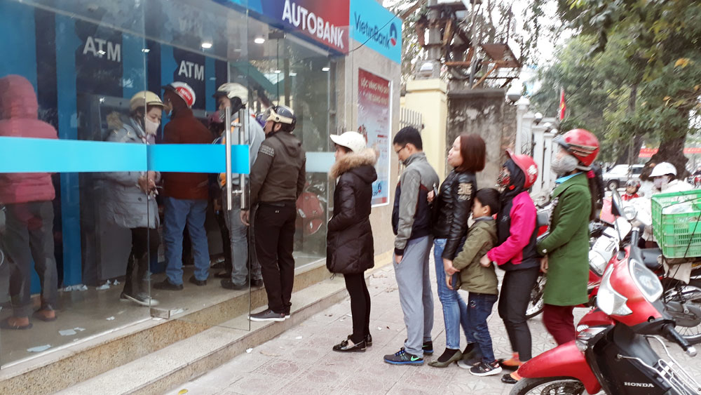 TP Bắc Giang, Khách hàng rút tiền, các cây ATM,  vẫn phải chờ lâu