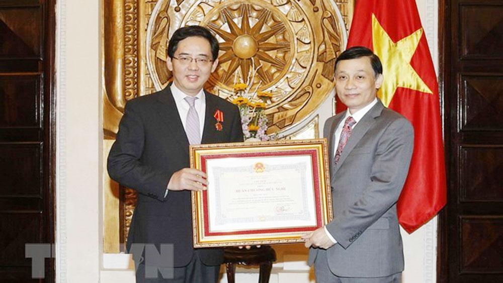 Vietnam's Friendship Order presented to Chinese Ambassador