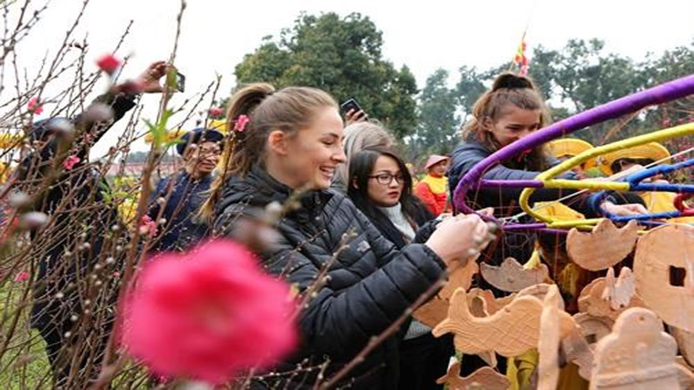Foreigners excited at Vietnam's traditional New Year