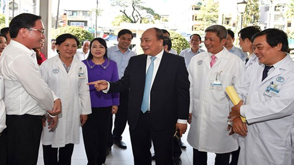 Thủ tướng Nguyễn Xuân Phúc thăm và làm việc tại Bệnh viện Chợ Rẫy.