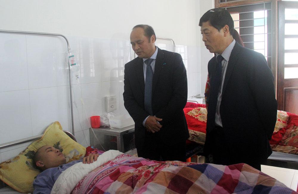 Bí thư Tỉnh ủy Bùi Văn Hải và Chủ tịch UBND tỉnh Nguyễn Văn Linh thăm hỏi, động viện bệnh nhân đang điều trị tại Bệnh viện Đa khoa tỉnh.
