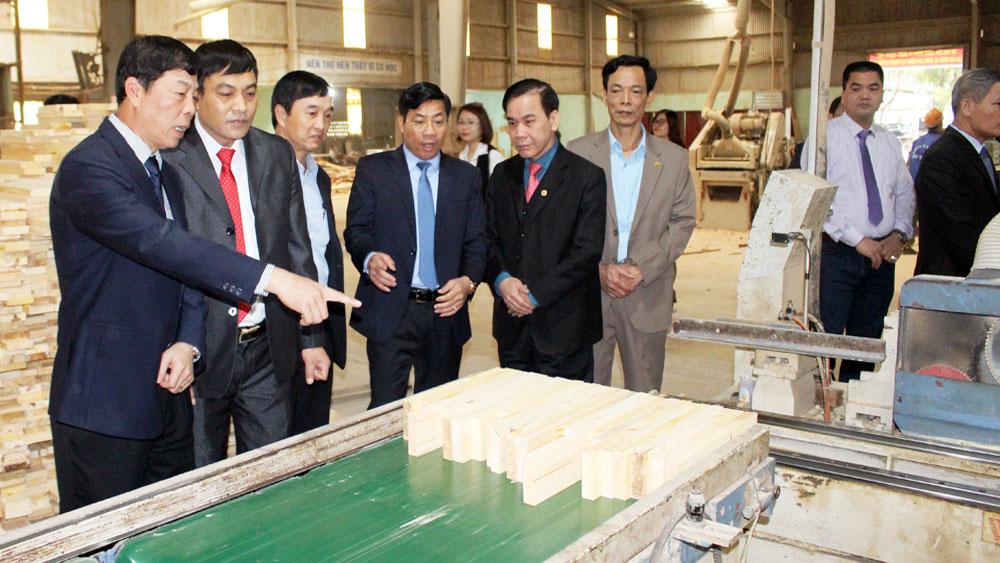 Bí thư Tỉnh ủy Bùi Văn Hải làm việc với một số doanh nghiệp huyện Lạng Giang