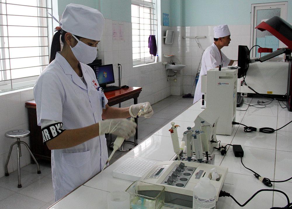 Thực hiện các kỹ thuật xét nghiệm chuyên sâu phục vụ chẩn đoán bệnh tại Bệnh viện Đa khoa huyện Yên Dũng.