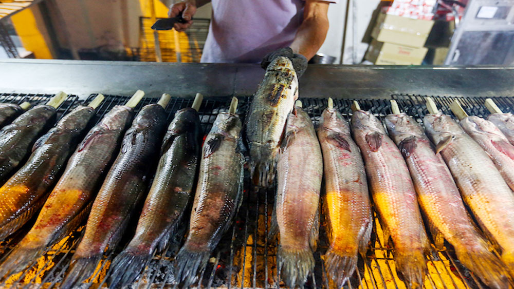 In Saigon, fish stalls pull an all-nighter for God of Wealth Day