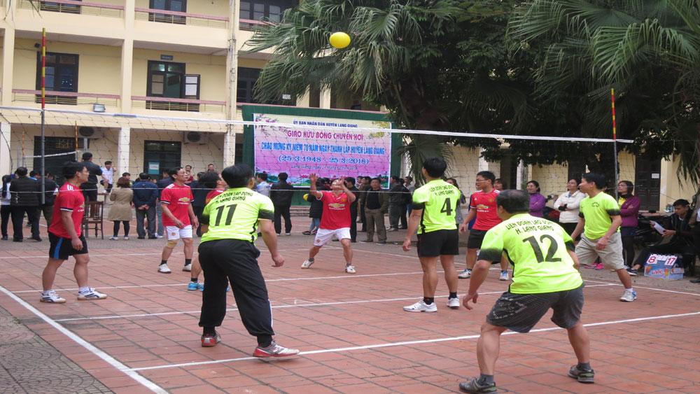 90 vận động viên tham gia giao hữu bóng chuyền hơi