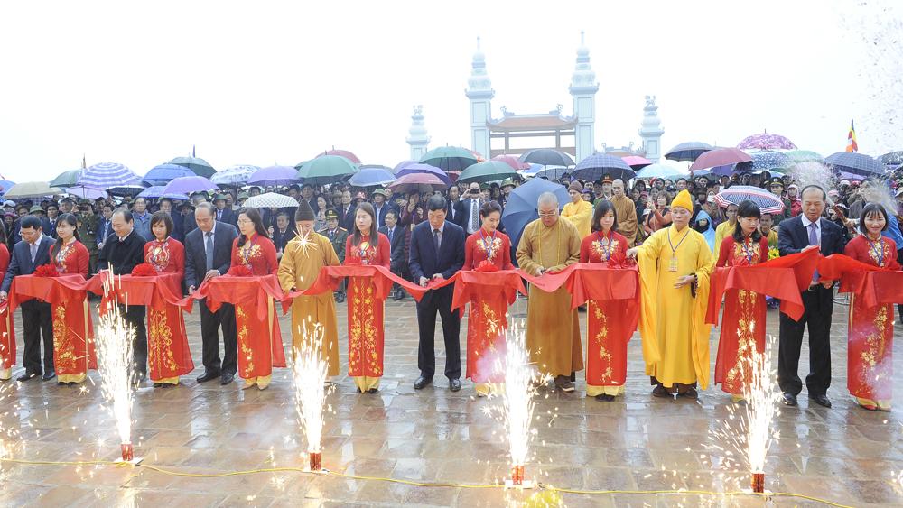 Bí thư Tỉnh ủy Bùi Văn Hải và các đại biểu cắt băng khánh thành giai đoạn 1 chùa Hạ.