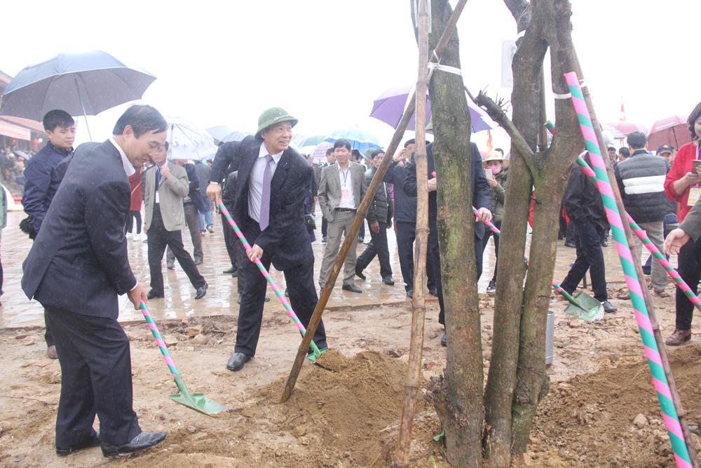 Phó Bí thư Thường trực Tỉnh ủy Thân Văn Khoa trồng cây lại Khu du lịch tâm linh-sinh thái Tây Yên Tử.