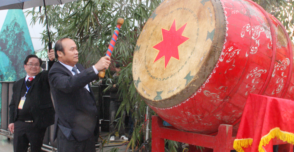 Chủ tịch UBND tỉnh Nguyễn Văn Linh đánh trống khai hội.