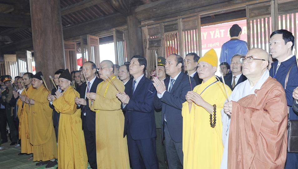 Các đại biểu dâng hương tại chùa Hạ.