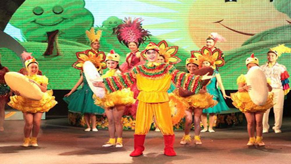 Nhà hát Tuổi trẻ trình diễn carnaval nghệ thuật trên phố đi bộ Hồ Gươm