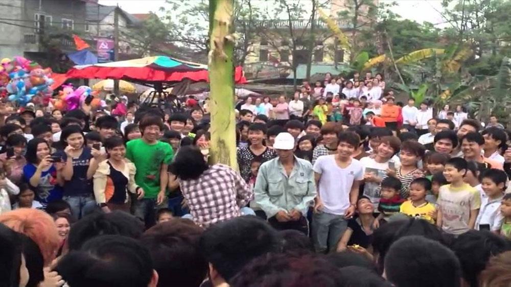 Đám đông nhìn người rơi từ cây chuối