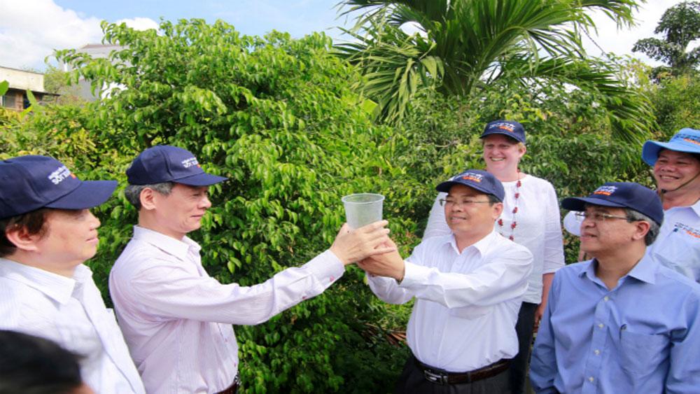 Lãnh đạo địa phương tham gia thả muỗi. Ảnh: N.N
