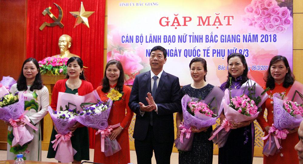 Đồng chí Bùi Văn Hải tặng hoa chúc mừng cán bộ lãnh đạo nữ tại buổi gặp mặt.