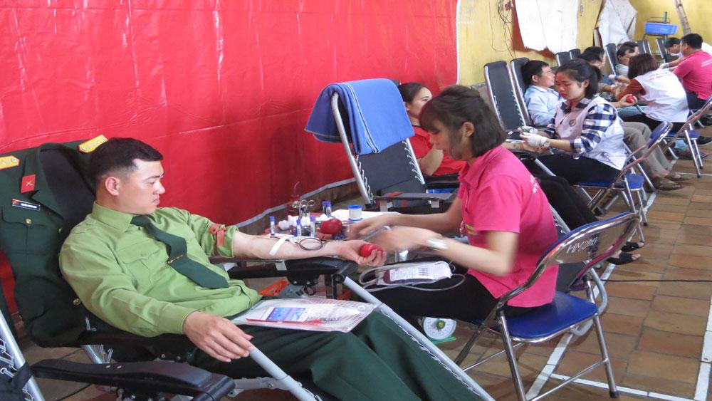 Hơn 1.200 tình nguyện viên đăng ký và tham gia hiến máu