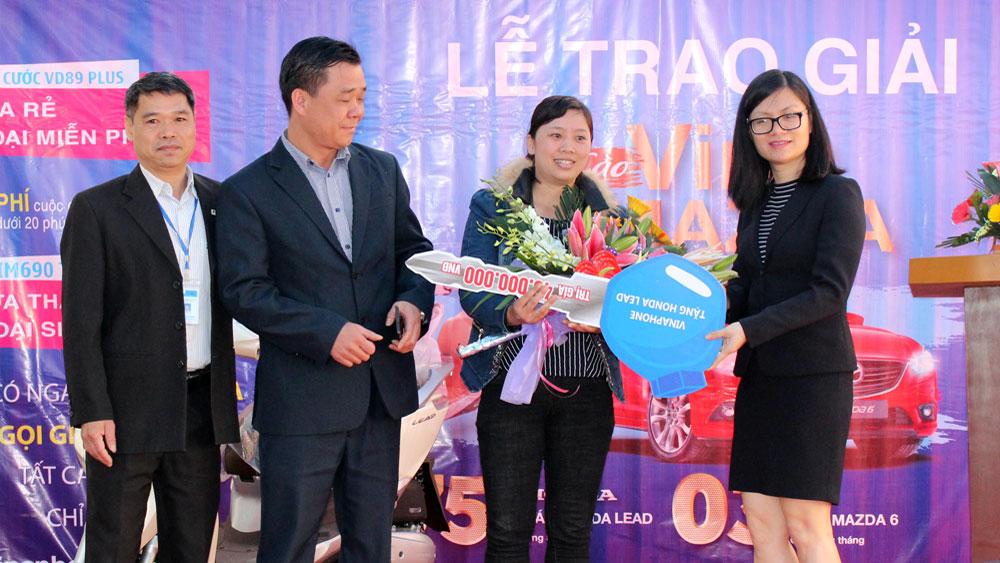Trung tâm Kinh doanh VNPT Bắc Giang trao thưởng cho khách hàng
