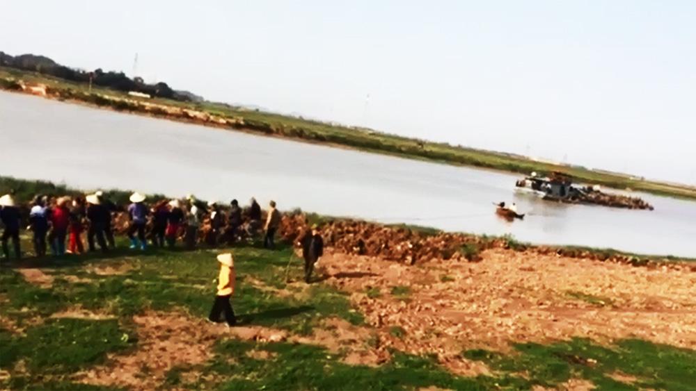 Quần chúng nhân dân phối hợp lực lượng chức năng bắt một tầu hút cát trái phép