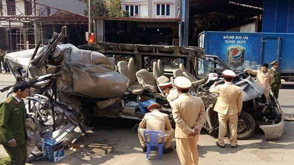 Xe 16 chỗ bị vò nát sau va chạm với xe tải, hai người tử nạn