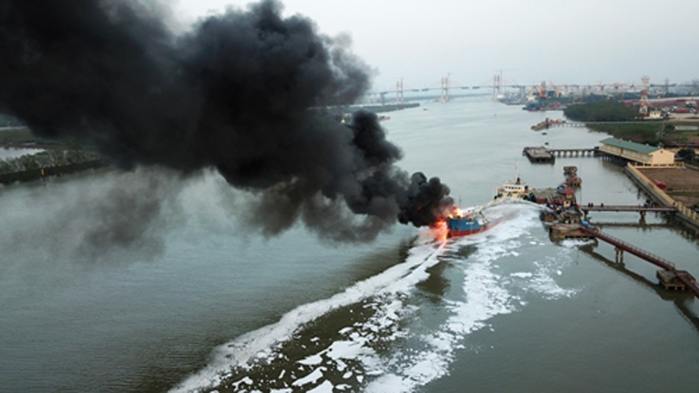 Đang bơm xăng, tàu gần 1.000 tấn phát nổ