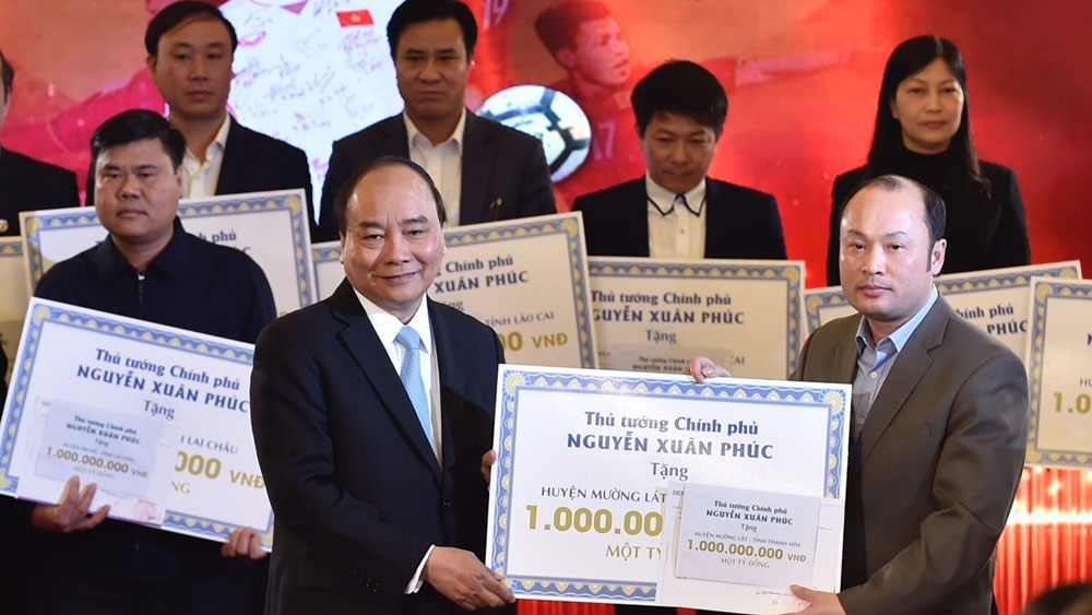 PM delivers proceeds of U23s auction to poor districts