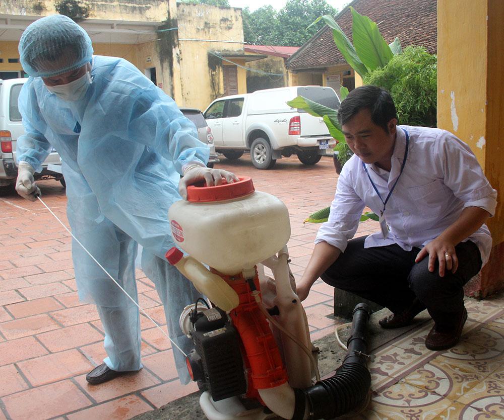 Chuẩn bị hóa chất phòng, chống bệnh truyền nhiễm tại Trung tâm Y tế huyện Hiệp Hòa.