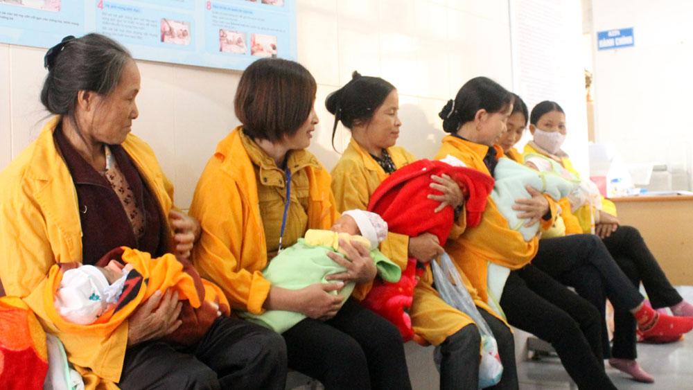 Người thân chờ tiêm vắc- xin phòng viêm gan B cho trẻ sơ sinh tại Bệnh viện Sản-Nhi tỉnh.