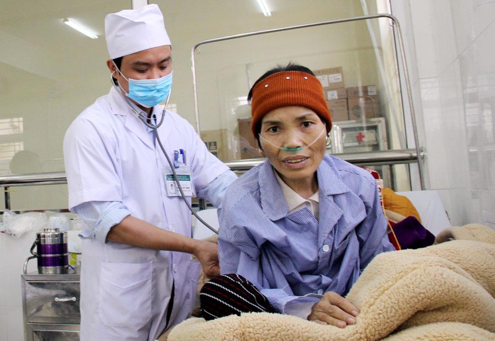 Bác sĩ khám cho bệnh nhân tại Bệnh viện Ung bướu tỉnh.