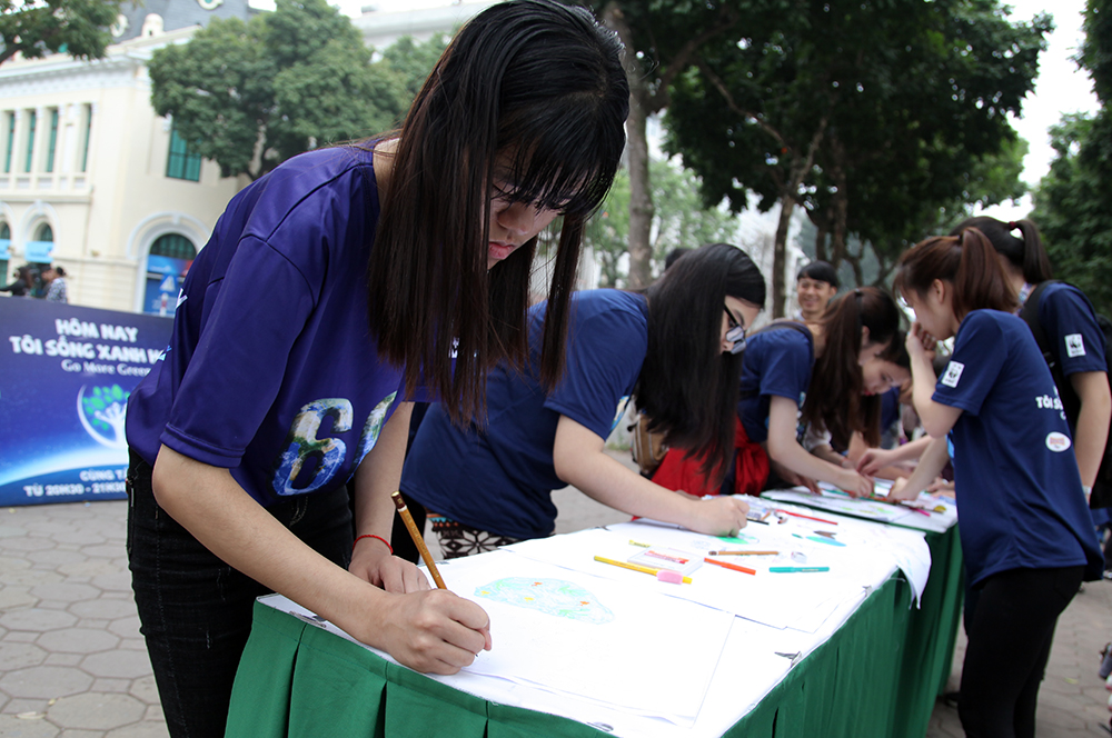 Hanoi, join walk, Earth Hour campaign, Hoan Kiem Lake, energy and environmental protection, Earth Hour campaign, Go More Green, sustainable development