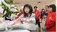Người dân Nhật Bản lập bàn dâng hoa tưởng niệm bé Nhật Linh