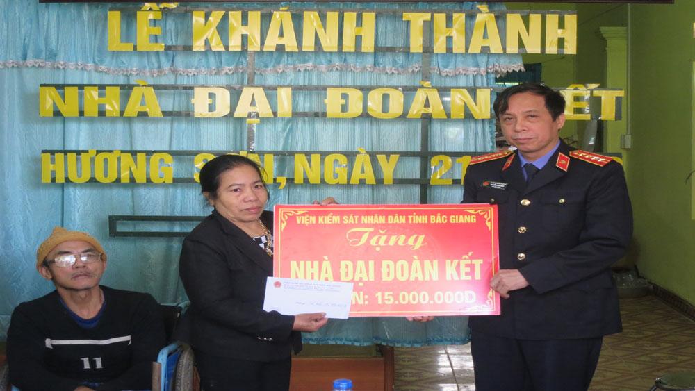 Trao nhà đại đoàn kết cho hộ nghèo xã Hương Sơn