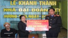 Trao nhà đại đoàn kết cho hộ nghèo xã Hương Sơn.