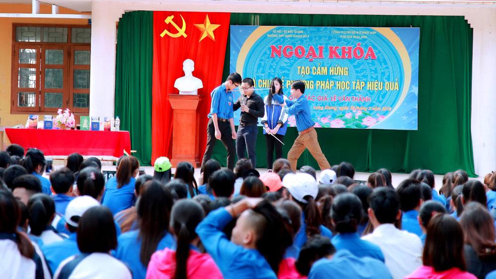 """1.300 đoàn viên tham dự Chương trình ngoại khóa """"Tạo cảm hứng và chia sẻ phương pháp hoc tập""""."""