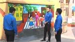 Bức tranh tường thanh niên làm đẹp con phố
