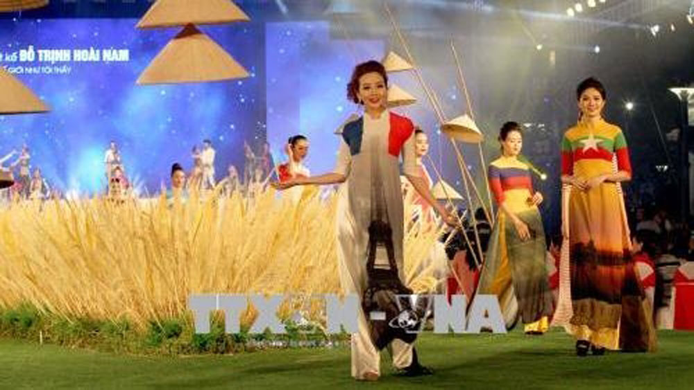 Ao dai festival attracts more than 100,000 visitors