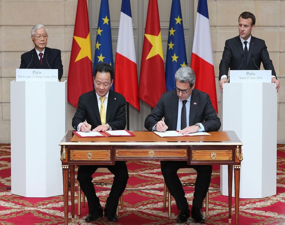 Tổng Bí thư Nguyễn Phú Trọng và Tổng thống Pháp Emmanuel Macron chứng kiến Lễ ký một số văn bản hợp tác giữa hai nước.