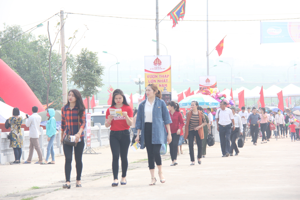Numerous tourists, Bo Da pagoda festival, Bac Giang province,  cultural and sports activities, incense offering, various actions, ancient site.