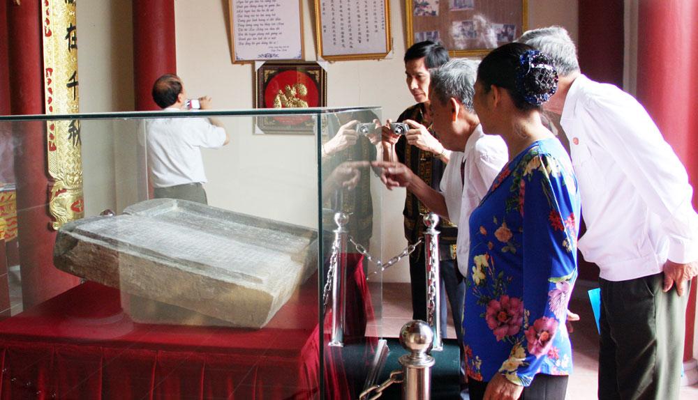 Nhân dân, du khách tham quan Bia hộp đá Đồi Cốc.