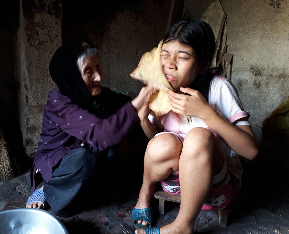 Cụ già 91 tuổi, nuôi con cháu, bệnh tật, giúp đỡ