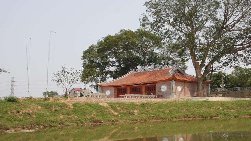 Nhiều du khách tỉnh ngoài đến tham quan đình Hương Ninh, xã Hợp Thịnh
