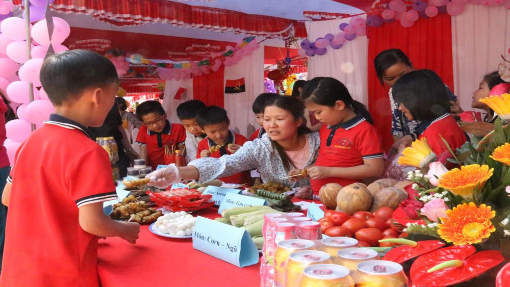 Hội chợ ẩm thực quốc tế trong trường phổ thông
