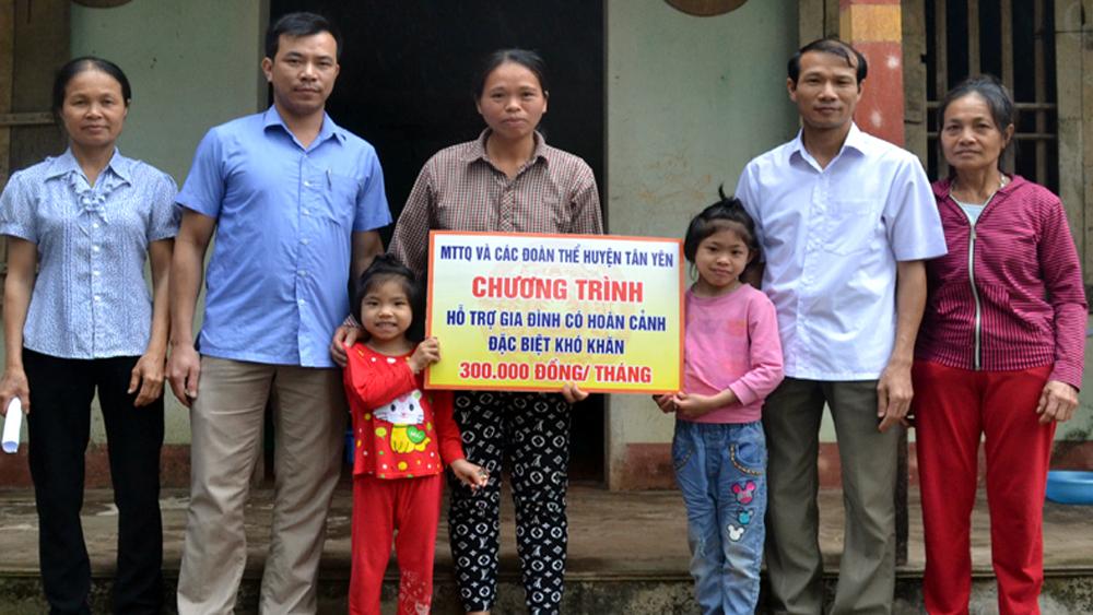 Uỷ ban Mặt trận Tổ quốc huyện Tân Yên trao tiền trợ cấp hàng tháng cho hộ khó khăn