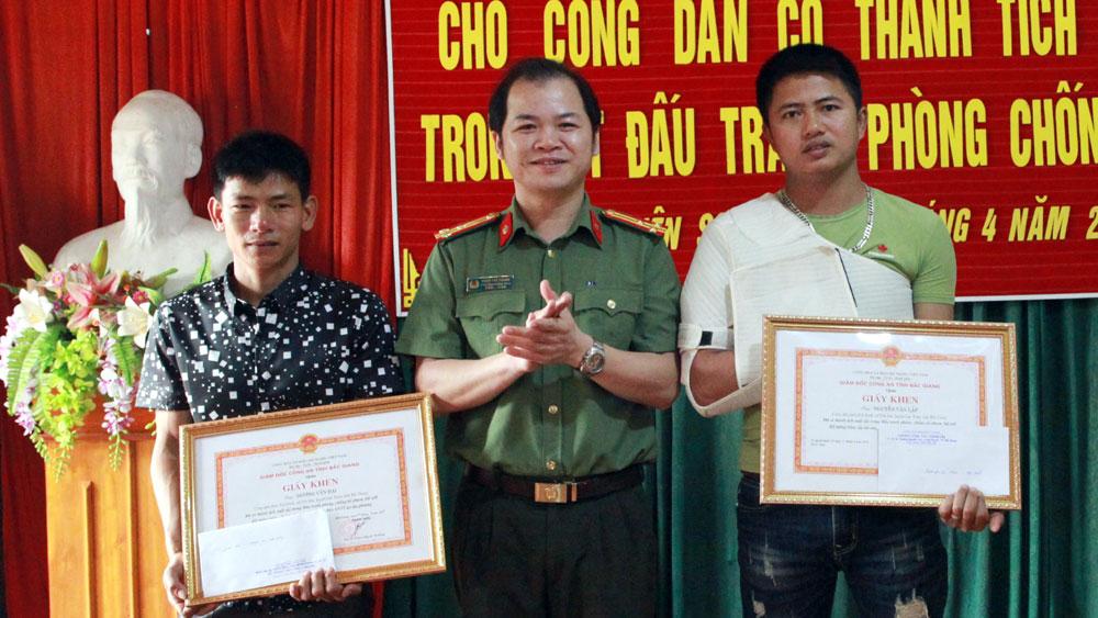 Trao thưởng cho 2 công dân có thành tích xuất sắc trong đấu tranh phòng, chống tội phạm
