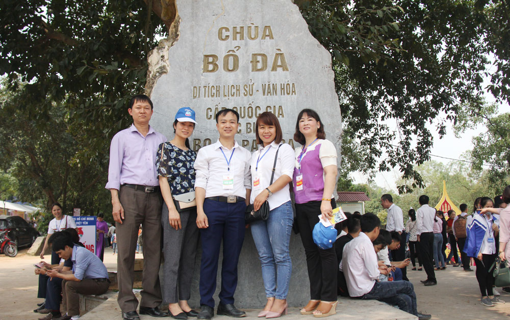 Tourism signs, tourist attraction, Bac Giang province, tourist destinations, positive effects, traffic routes,  sign application, impressive photos, natural landscapes