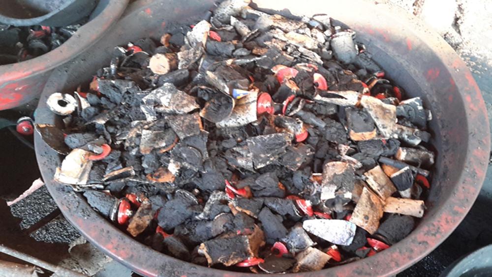 Hơn 3 tấn cà phê nhuộm đen bằng pin đã bán trên thị trường